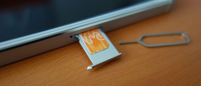 iPhone SIM Tray Terbuka