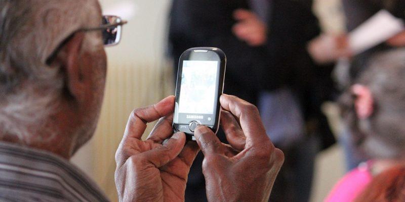 3 Hal Yang Perlu Diperhatikan Untuk Membeli Ponsel Untuk Orang Tua