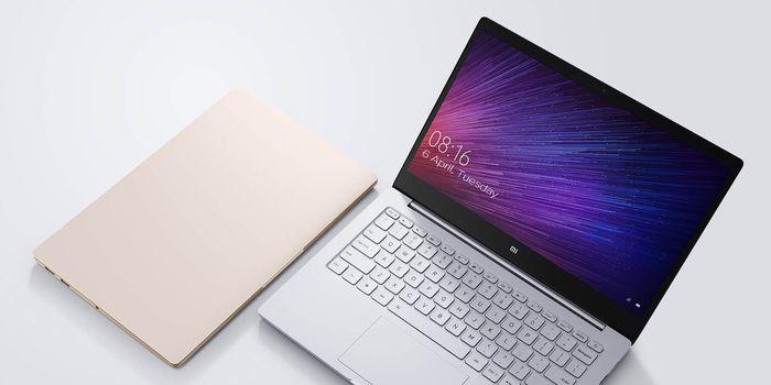 Gadgetren – Xiaomi sebagai produsen elektronik yang selalu menghadirkan perangkat dengan harga terjangkau kembali merilis laptop baru untuk melawan MacBook Air. Xiaomi masih terbilang baru dalam segmen laptop, namun sejak awal kehadirannya telah membuat banyak orang langsung meliriknya terutama para penggemar MiFans. Tidak heran memang karena laptop Xiaomi langsung menyasar pengguna yang menginginkan perangkat seperti MacBook Air buatan Apple. Oleh karena itu, desain dari Mi Notebook Air terbaru masih mengusung desain yang cukup mirip dengan MacBook Air dengan bodi tipis aluminium yang terlihat premium dan ramping. Laptop satu ini punya ketebalan hanya 15,4 mm serta bobot 1,25 Kg. Salah satu perubahan yang sangat disambut baik kehadirannya merupakan layar lebih luas dengan bentang 12,8 inci dalam casis berukurang 13,3 inci. Hal ini dimungkinkan berkat bezel di pinggiran layar yang lebih tipis , yakni sekitar 5,71 mm. Soal jeroannya, Mi Notebook Air terbilang cukup lumayan dengan prosesor Intel Core i5-7Y54 berkecepatan maskimal 3,2 GHz dalam Turbo. Di samping itu ada penyimpanan SSD berkapasitas 256 GB dan RAM 8GB pada konfigurasi tertingginya. Sebuah peningkatan yang baik dibandingkan generasi sebelumnya yang hanya menawarkan prosesor Core M3. Layarnya sendiri menawarkan resolusi Full HD 1080p yang dirasa masih sangat mencukupi untuk sekarang ini. Dengan segala spesifikasi tersebut, laptop ini digadang mampu bertahan selama 11,5 dalam penggunaan biasa atau 9,5 jam saat digunakan untuk menonton video. Satu hal yang cukup disayangkan merupakan ketersediaan port input output yang masih minim Mi Notebook Air ini hanya memiliki dua buah USB 3.0, HDMI, 3.55mm audio jack, USB Type-C yang juga bisa digunakan untuk mengisi daya baterai cukup besar, yakni 30 menit saja untuk bisa terisi hingga 50%. Mi Notebook Air edisi tahun 2018 besutan Xiaomi ini akan dibandrol dengan harga 3.999 Yuan atau sekitar Rp8,4 juta saja untuk wilayah Tiongkok. Harga tersebut jauh di bawah Apple 