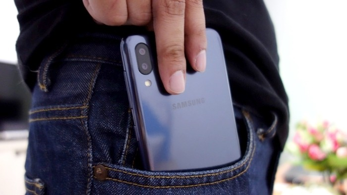 Samsung Galaxy M10 Belakang