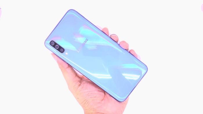 Review Samsung Galaxy A70 Belakang