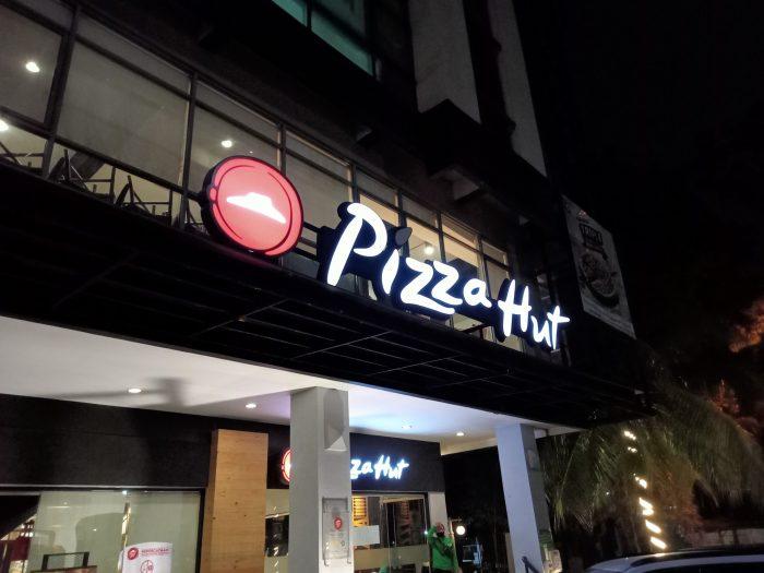 realme C11 Kamera Belakang Malam Pizzahut