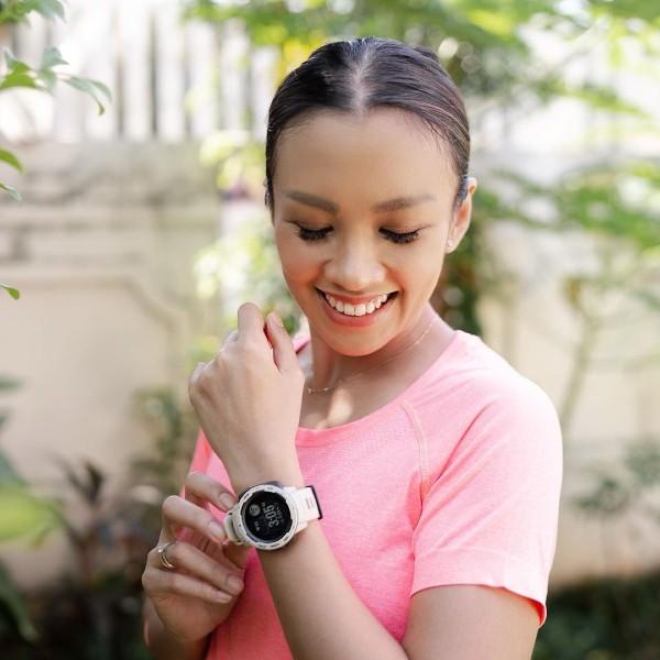 Melanie-Putria-memakai-Smartwatch-Garmin