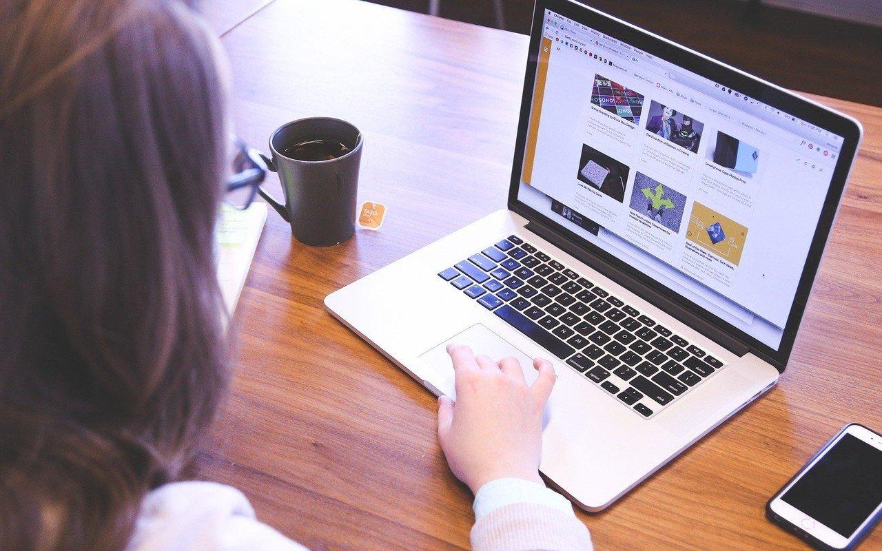 Laptop Mengerjakan Tugas