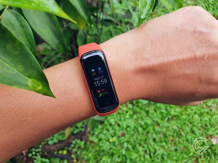 Samsung Galaxy Fit2 yang dikenakan dengan tangan