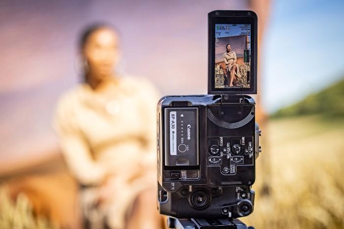 Canon-EOS-C70-Vertikal.