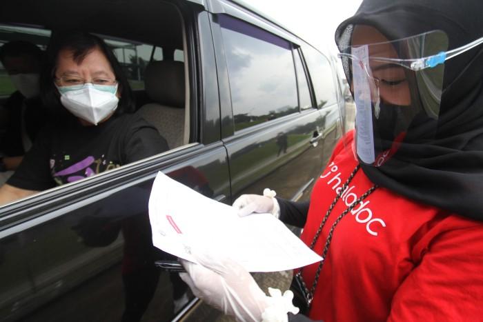 Pengecekan-di-Pos-Pelayanan-Vaksinasi-COVID-19-Drive-Thru-Halodoc-Cengkareng.