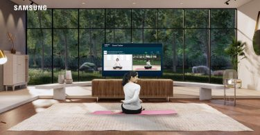Dian-Sastrowardoyo-with-Samsung-Neo-QLED-8K-Smart-Trainer-Experience