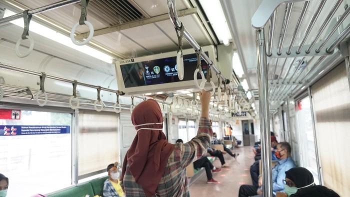 SURGE-Ilustrasi-Periklanan-di-Commuter-Line.
