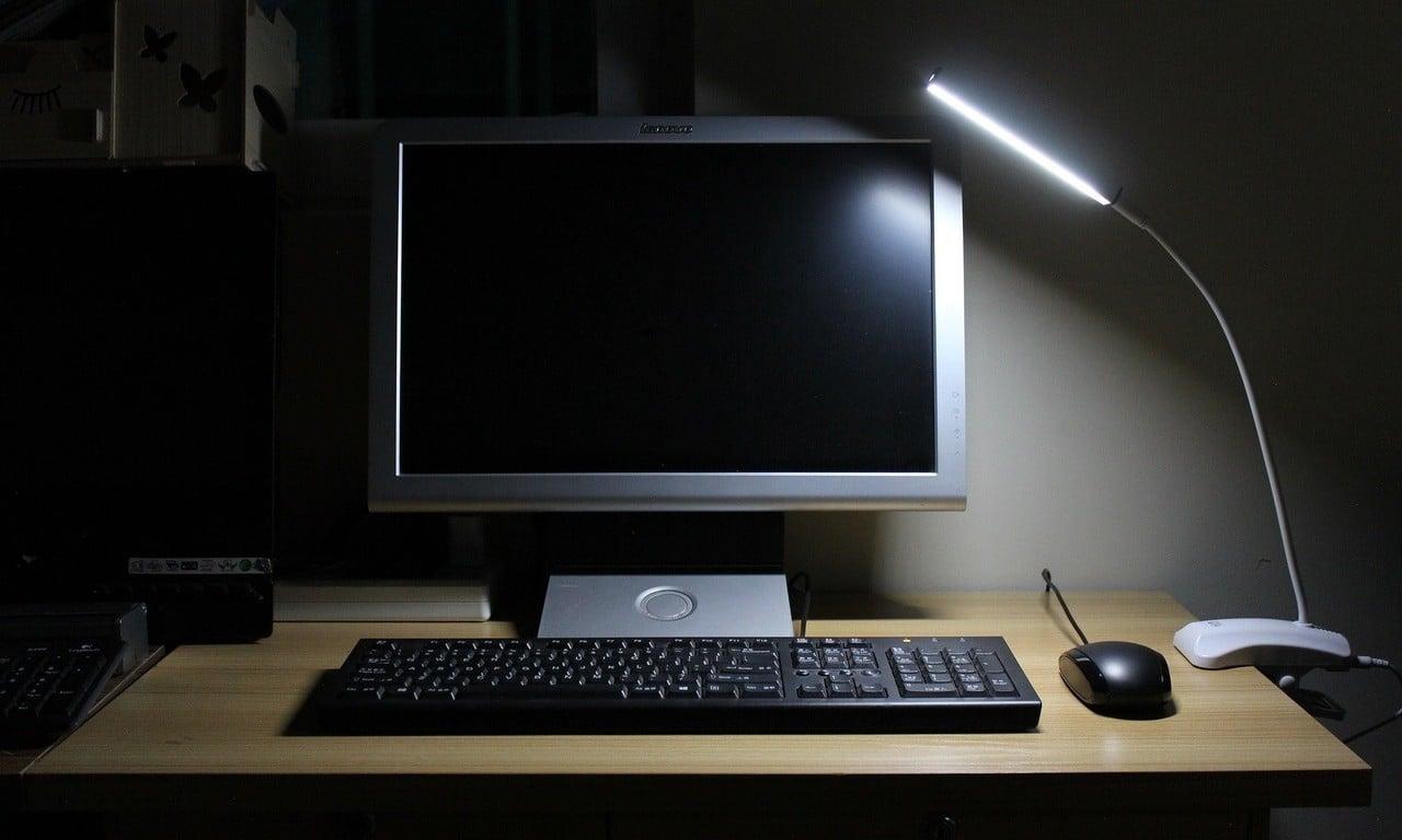 Layar Komputer Redup