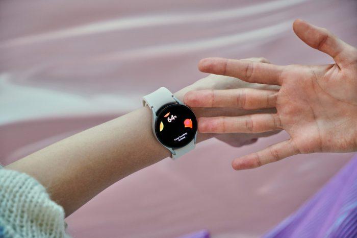 Samsung-Galaxy-Watch4-Series-hand