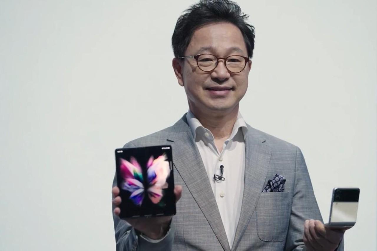 Yoonsoo-Kim-dengan-Samsung-Galaxy-Z-Fold3-dan-Flip3